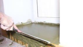El yesero alisa la superficie almacen de metraje de vídeo