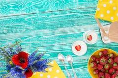 El yogur en vidrio sacude la visión superior Imagenes de archivo