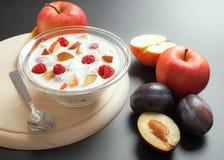 El yogur se mezcló con los pedazos de la fruta Imagenes de archivo