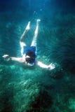El zambullidor bajo el mar-grano es visible, exploración de la película Imagen de archivo