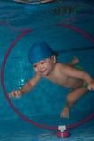 El zambullirse en el aro bajo el agua Fotos de archivo