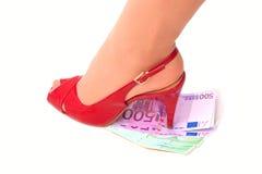 El zapato de tacón alto femenino presiona el dinero Foto de archivo libre de regalías