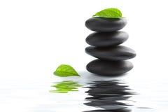 El zen empiedra y se va reflejando en agua aislado imágenes de archivo libres de regalías