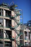 El zigzag intensifica la cara de una refinería Imagen de archivo libre de regalías