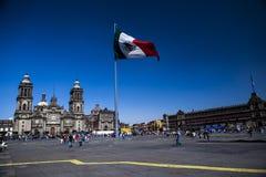 El Zocalo i Mexico - stad, med domkyrkaMexiko ci Arkivfoto