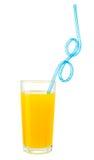 El zumo de naranja con la paja de la bebida en vidrio aisló la trayectoria de recortes de w Imagenes de archivo