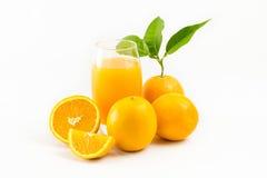 El zumo y las naranjas de naranja dan fruto aislado en el fondo blanco Imagen de archivo