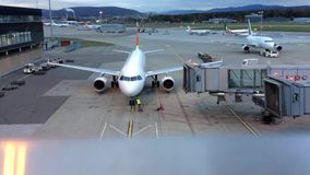 El Zurich-aeropuerto ZRH, Suiza, aviones que parqueaban, al revés rodó el avión de Air France en el crepúsculo nublado de la tard almacen de metraje de vídeo
