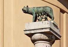 Ela-lobo romano que mama Romulus e Remus, Roma imagens de stock
