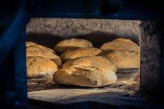 Elaboração do pão no forno de madeira tradicional imagens de stock