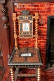 Elabora el diseño de madera tallada y de silla de piedra de la teja Foto de archivo