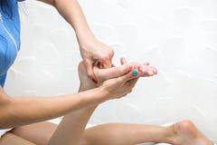 Elabora il massaggio del piede Fotografia Stock