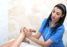 Elabora il massaggio del piede Immagini Stock Libere da Diritti