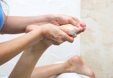Elabora il massaggio del piede Immagini Stock