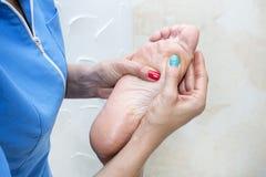 Elabora il massaggio del piede Immagine Stock