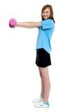 Elaboración bastante adolescente con pesas de gimnasia rosadas Fotografía de archivo libre de regalías