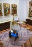 Elaboración de iconos antiguos en el museo histórico en el Novg Imagenes de archivo