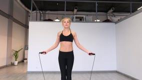 Elaboración femenina atlética usando cuerdas de la batalla Crossfit Cámara lenta 4K metrajes