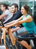 Elaboración del grupo del ciclo en club de fitness Imagenes de archivo