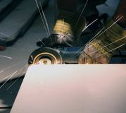 Elaborare abrasivo del metallo Immagini Stock Libere da Diritti