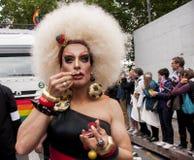 Elaborately klädd transgender, under Christopher Street Day P Arkivbilder