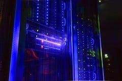 elaboratore centrale in una stanza scura con illuminazione dall'hardware del server Fotografia Stock