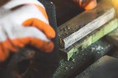 Elaborazione dei bordi fatti a mano di legno anziani Immagini Stock