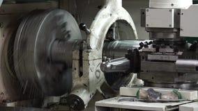 Elaborazione del metallo sul tornio video d archivio