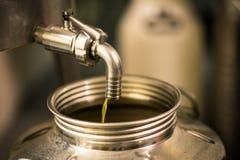Elaborazione dell'olio d'oliva in un'azienda agricola moderna Fotografie Stock Libere da Diritti