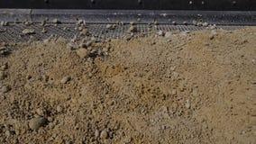 Elaborazione della sabbia e della terra Macchine che funzionano e linea del trasportatore che trasporta sabbia Trincea a cielo ap archivi video