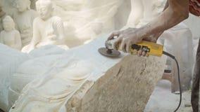 Elaborazione della statua di marmo di Buddha nell'officina archivi video