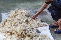 Elaborazione delle pecore della lana del ` s delle pecore tradizionale Immagini Stock