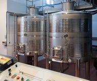 Elaborazione materiale del vino in carri armati nella pianta Fotografia Stock Libera da Diritti