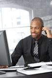 Elaborazione multitask dell'uomo d'affari Immagini Stock Libere da Diritti