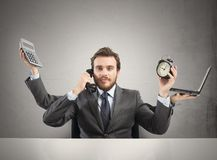 Elaborazione multitask dell'uomo d'affari fotografia stock
