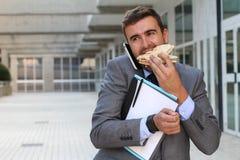 Elaborazione multitask dell'uomo d'affari in movimento fotografia stock libera da diritti