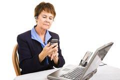 Elaborazione multitask della donna di affari Fotografie Stock Libere da Diritti