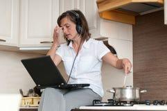 Elaborazione multitask - preparare pasto e funzionare immagini stock libere da diritti