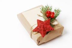 Elabori i contenitori di regalo con la cartolina d'auguri per testo Natale, fondo di festa del nuovo anno su bianco Fotografie Stock