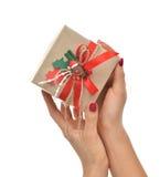 Elabori il regalo rustico del regalo di compleanno di natale in mani con l'orso Immagini Stock Libere da Diritti