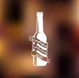 Elabori l'etichetta in bianco e nero della birra della bottiglia con iscrizione e dello starburst nello stile dei pantaloni a vit Royalty Illustrazione gratis