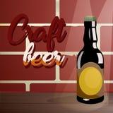 Elabori la birra su una tavola di legno, vicino ad un muro di mattoni Immagine Stock