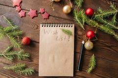 Elabori la carta vuota del blocco note con la decorazione di natale su un di legno Fotografia Stock