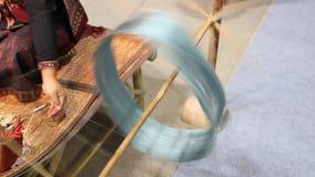 Elabori una seta dal baco da seta dei bozzoli, la migliore seta tailandese è handwoven il baco da seta dei bozzoli stock footage