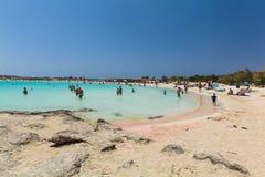 Elafonisi, île Crète, Grèce, - 26 juin 2016 : Personnes de natation et de détente sur la belle plage d'Elafonisi avec le sable ro Image libre de droits