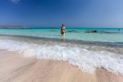 Elafonisi, île Crète, Grèce, - 26 juin 2016 : Personnes de natation et de détente sur la belle plage d'Elafonisi avec le sable ro Image stock