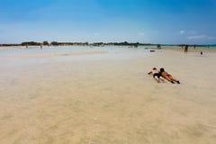Elafonisi, île Crète, Grèce, - 26 juin 2016 : Personnes de natation et de détente sur la belle plage d'Elafonisi avec le sable ro Images stock