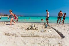 Elafonisi, île Crète, Grèce, - 26 juin 2016 : Personnes de natation et de détente sur la belle plage d'Elafonisi avec le sable ro Images libres de droits
