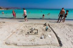 Elafonisi, île Crète, Grèce, - 26 juin 2016 : Personnes de natation et de détente sur la belle plage d'Elafonisi avec le sable ro Photo libre de droits