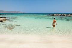 женщина elafonisi купая пляжа Стоковая Фотография